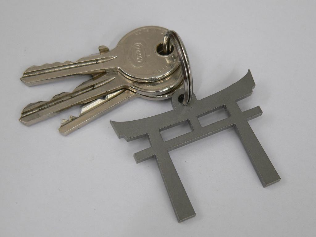 Schlüsselanhänger Torii mit Schlüssel
