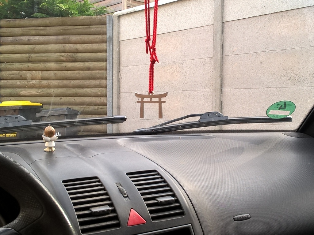 Schlüsselanhänger Torii im Auto hängend