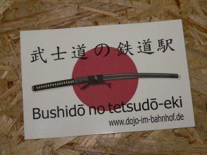 Aufkleber Bushido no tetsudo-eki Dojo im Bahnhof 12cm x 8cm