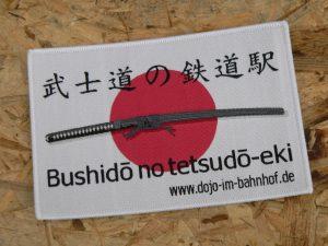 Aufnäher Bushido no tetsudo-eki Dojo im Bahnhof 12cm x 8cm gewebt und mit Kettelrad
